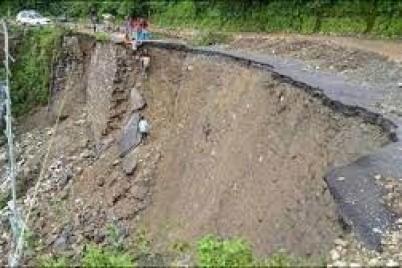 انهيار أرضي مروّع يتسبّب في تحطم أحد الجسور بالهند