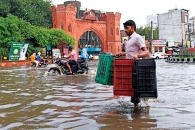 فرق الإنقاذ تخلي سكان ولاية هندية بعد أن اجتاحتها الفيضانات