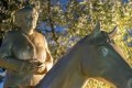 فنان يكرم أنجيلا ميركل بتصميم تمثال ذهبى لها على حصان