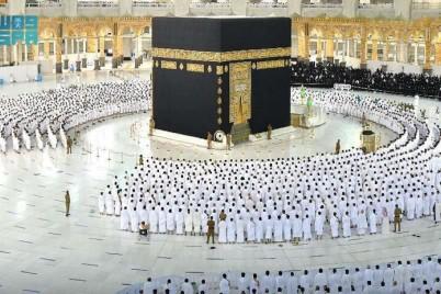 أجواء إيمانية تحف المصلين في المسجد الحرام بعد إلغاء التباعد الجسدي