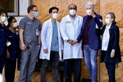 بيل كلينتون يخرج من المستشفى سيرا على قدميه