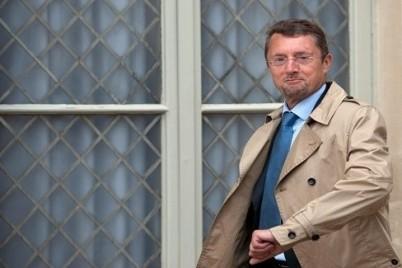 """فرنسا تكشف """"الجاسوس الروسي"""" في مكتب وزير دفاعها"""